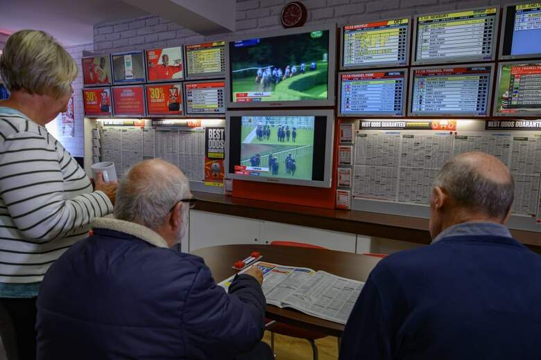 Men in bettingshop 1024x683